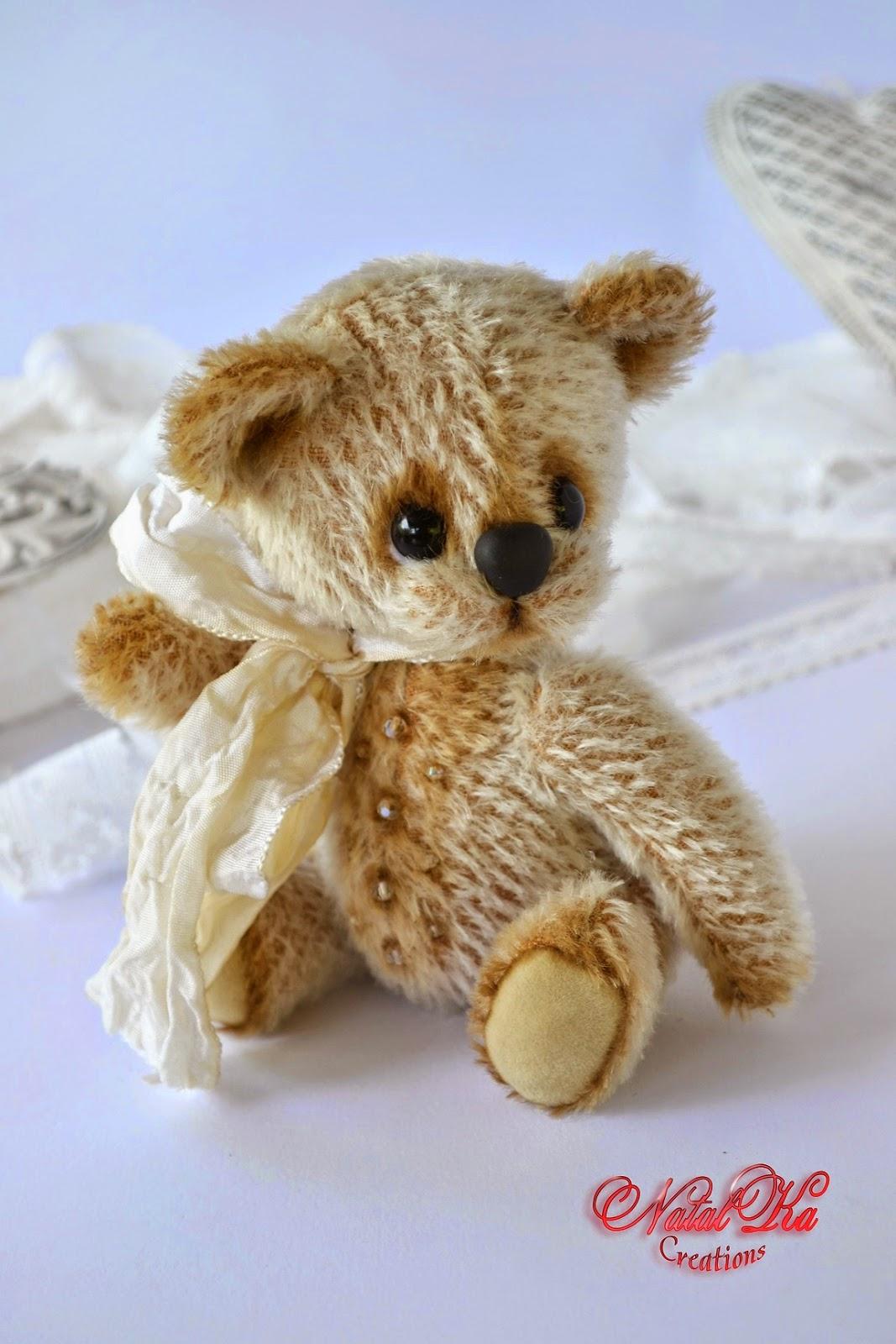 Künstlerbär Teddy handgemacht von NatalKa Creations. Artist teddy bear handmade by NatalKa Creations.