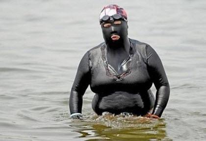 Como cristianas que somos ¿ como deberiamos bañarnos en la playa ? Swimsuit+Frogman+1