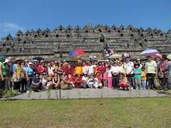Lama Gangchen e seus discipulos em peregrinação em Borobudur - Indonésia