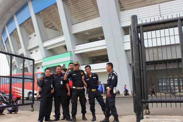 Baju Bolong di Stadion GBLA - Satpam
