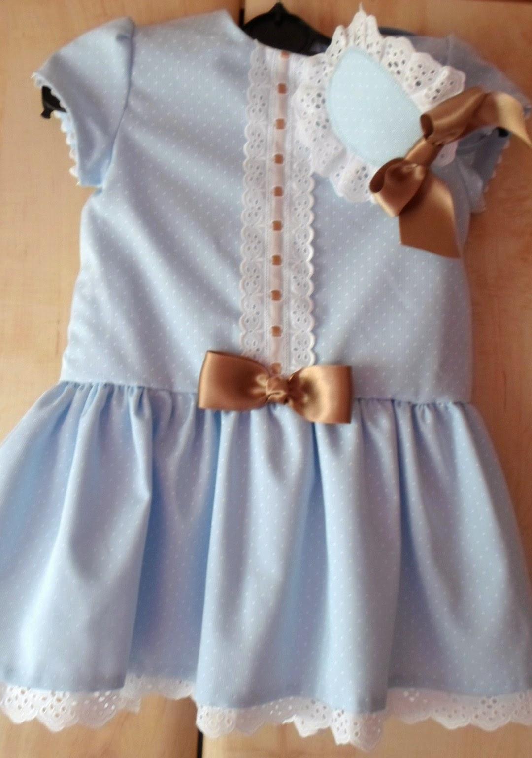 vestido de talle bajo azul con puntilla blanca en el faldon