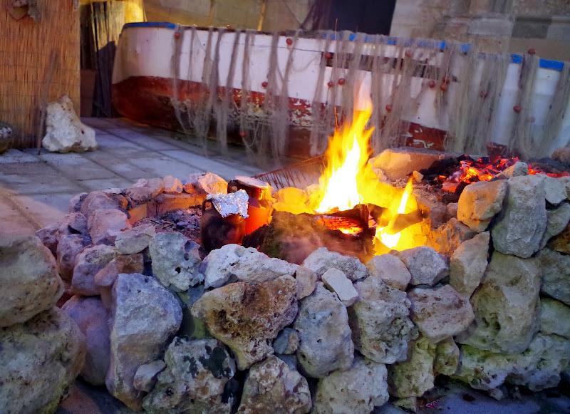 Pignata salentina köchelt neben dem Feuer