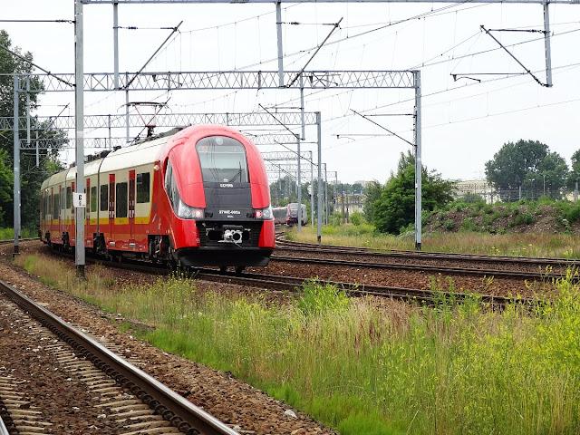 Linia kolejowa nr 2 w okolicy ulicy Wiatracznej.