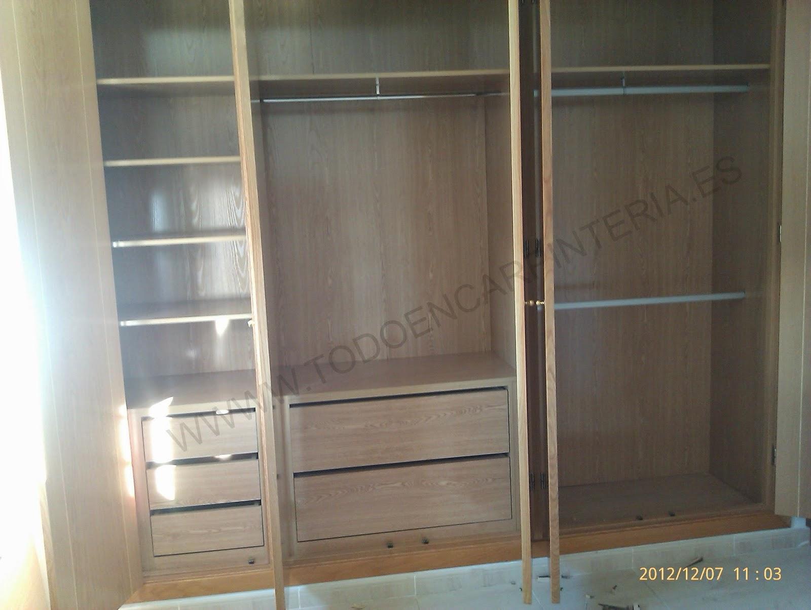 Foto del interior de un armario de cinco puertas