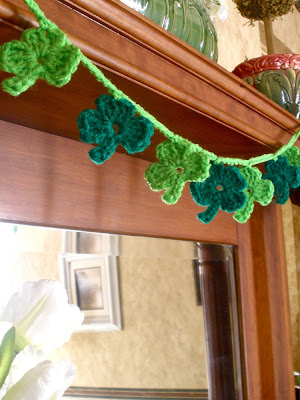 crafts for holiday decor: crocheted shamrock garland pattern tutorial