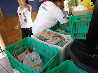Arrecadação de alimentos na entrada do Sesc Juazeiro.