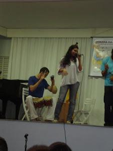 Pedro  Leite (percussão) e  Luiza  Aguiar (voz)