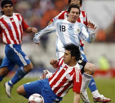 http://2.bp.blogspot.com/-zcje4FFHn1E/UEijn00_t4I/AAAAAAAAMaU/LFE-Hrdbhg4/s1600/messi-argentina-paraguay.jpg