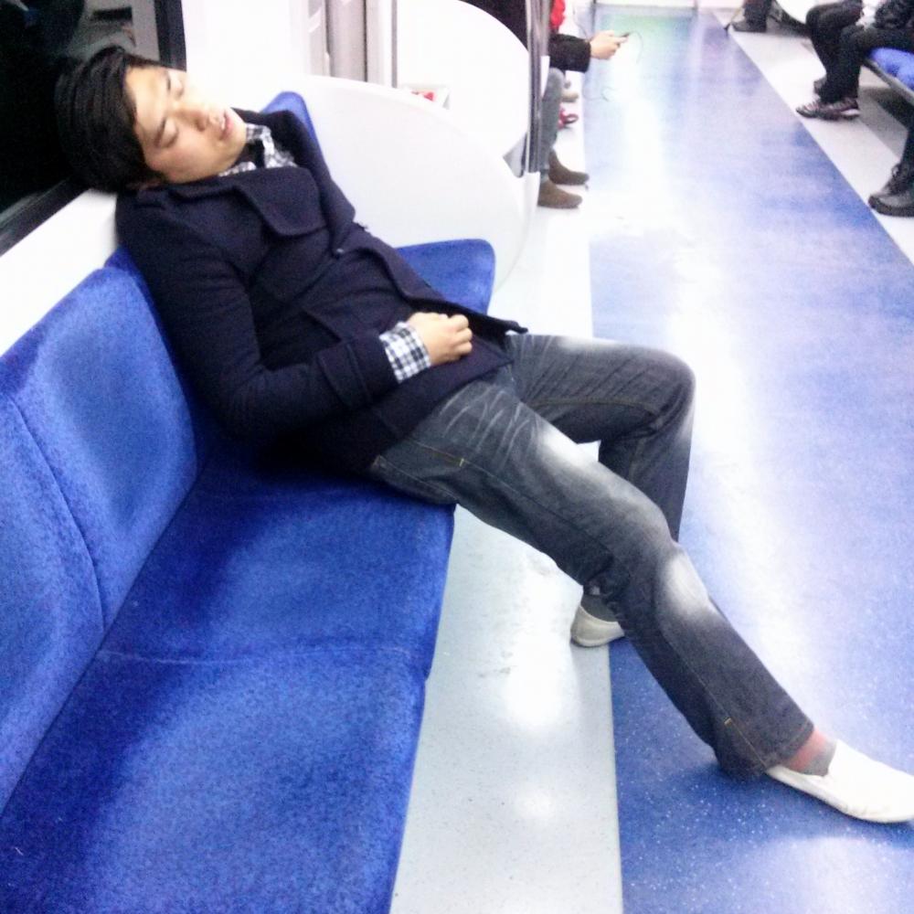 Chico coreano durmiendo en el metro de Seúl