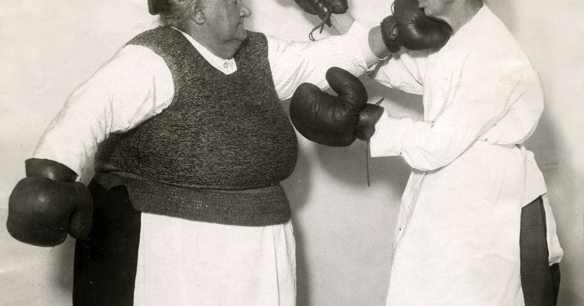 Boxing of older ladies with an apron in 1925