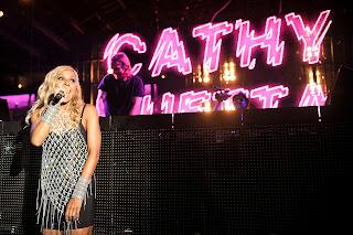 Cathy Guetta también subió al escenario para presentar a sus F*** Me I'm Famous Girls