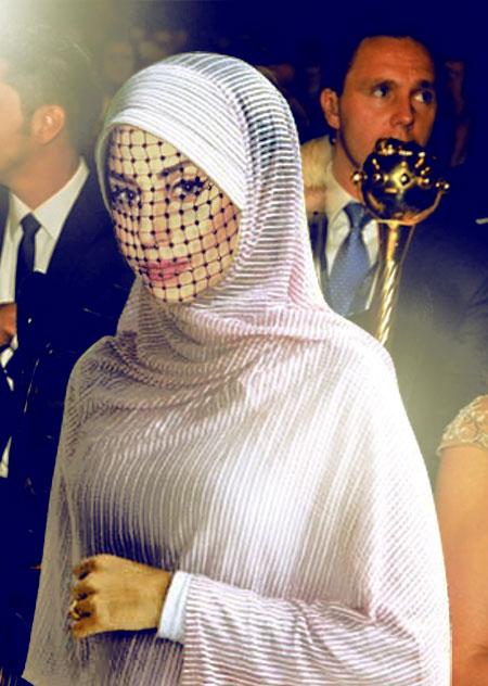 Foto Parody Lady Gaga Pakai Jilbab Dan Kebaya [ www.BlogApaAja.com ]