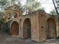 """Instal·lacions de la mina construïdes per la """"Compañia Minera Martorellense"""" entre 1903 i 1907. En primer terme podem veure l'estructura que aguantava el castellet del pou principal i al fons l'edifici de la maquinària situat en un nivell superior"""