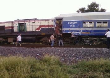 http://2.bp.blogspot.com/-zfNZJRrxMic/TZH3JFX-QPI/AAAAAAAAAUA/jof1F7a5cTw/s400/size2_8342_choque-trenes-3.jpg
