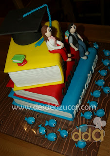 tarta, tarta fondant, tarta fondant Sevilla, tarta promoción, figuras de fondant, tarta fondant libros, tarta fondant birrete,