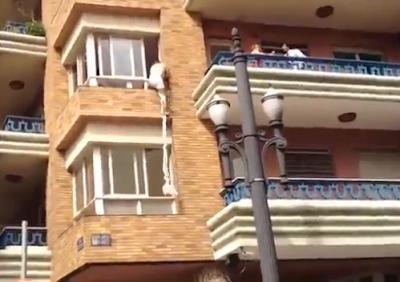 Mulher apanhada a trair pelo marido e amante foge pela janela