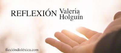 imagen de una mano alzada abierta y el título de la obra Reflexión, micropoesía por Valeria Holguín @valeriaholguinb del blog ficciondiislexica.com