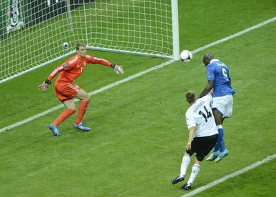 Фото XINHUA/Укринформ:Марио Балотелли забивает гол