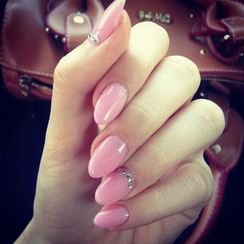 Pin-Up Almond Shaped Nails - Pinup Darling Almond Nagels