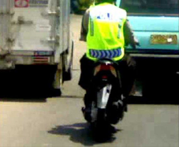 Foto_Foto Polisi Melanggar Peraturan Lalin Dengan Tidak Memasang Plat Nomor Pada Motor Yang Dikendarainya