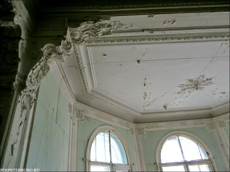 Как выглядит внутри дача Громова в Лопухинском саду Петербурга фото лепнины