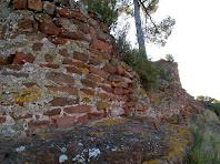 Part de la muralla a la banda nord del Castell de Rosanes