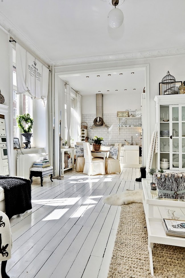 białe wnętrze, styl skandynawski, wiklinowy koszyk, ratanowy koszyk, biała witryna, salon, kuchnia, stół