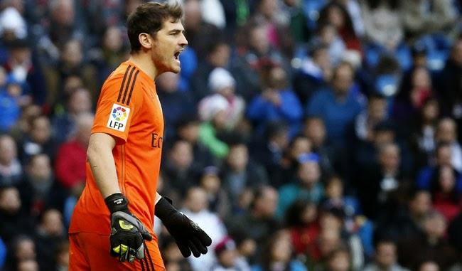 Iker Casillas (1981): arquero español de fútbol - Árbitro bombero