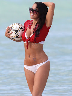 claudia-romani-and-soccer-ball-at-the-beach-03
