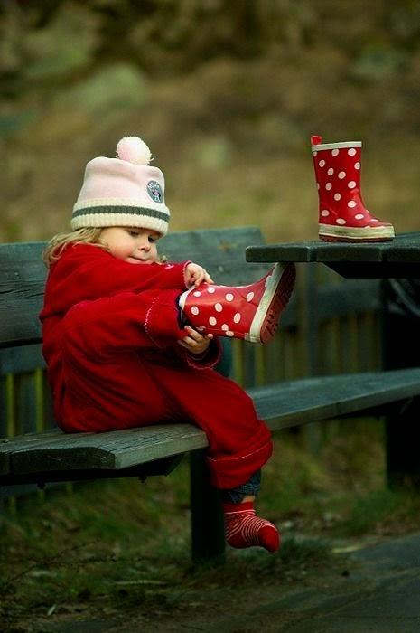 Look do dia - roupa de criança para a chuva, galochas vermelhas