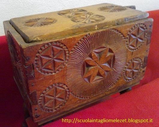 scatola antica scolpita in legno chipcarving