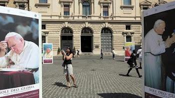 fotos gigantes de Juan Pablo II se ven por toda la ciudad de Roma