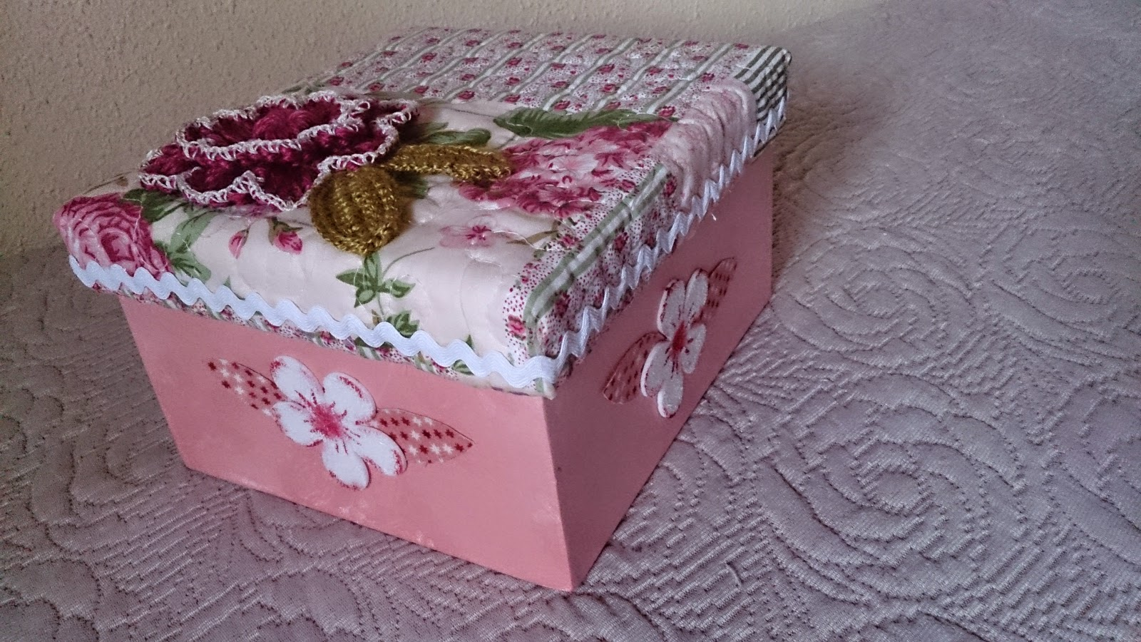 Caja de cart n decorada con tela goma eva y una flor a ganchillo el blog de margarita - Cajas de carton decoradas baratas ...