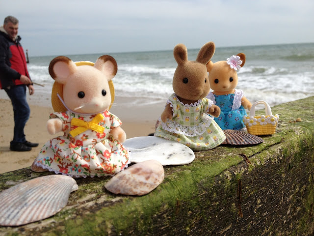 Sylvanian Families Beach Seaside Dappledawn Rabbit Fielding Mouse Buckley Deer