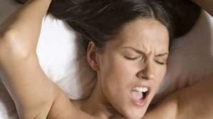 """El sexo es una medicina buena para salud. Esta es una de las teorías que defienden especialistas en cardiología, ginecología y urología de Francia que se reunieron durante una conferencia multidisciplinar que tuvo lugar en la localidad de Biarritz. El orgasmo equivale a dos aspirinas contra el dolor de cabeza, puesto que libera endorfinas que vienen a actuar como opiáceos que tienen un efecto relajante y analgésico. Por eso, los especialistas señalan que el pretexto de """"me duele la cabeza"""" deja de tener sentido. El mejor remedio es hacerlo. De esta manera, la frase """"me duele la cabeza"""" debería dejar"""