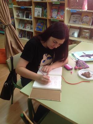 http://blog.xerais.gal/2015/ledicia-costas-premio-nacional-de-literatura-infantil-por-escarlatina-a-cocineira-defunta/