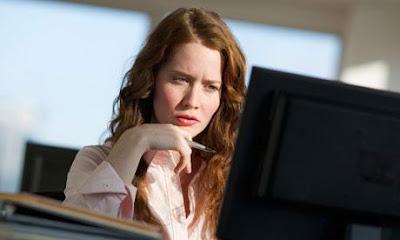 Woman-working-at-computer-هل أصبحت الوظيفة شرطا في زوجة المستقبل