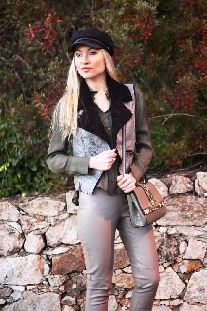 Neste dia em particular, decidi estrear estas calças de couro sintético e o colete, juntamente com a minha boina da Asos. Bege, verde cáqui e preto são os tons que compõem este Look. Dicas de Moda e Imagem. Blog de Moda Style Statement. Look do dia/Outfit. Tendências Outono/Inverno. Animal print. Blog de moda portugal, blogues de moda portugueses.