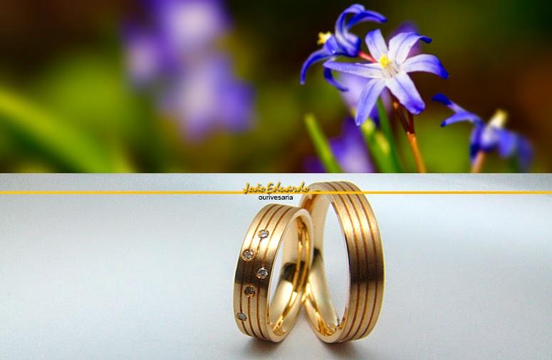 Alianças de ouro com diamantes