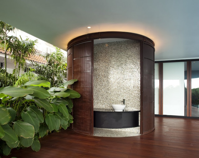 Picture of round closed bathtub in the bathroom with vegetation