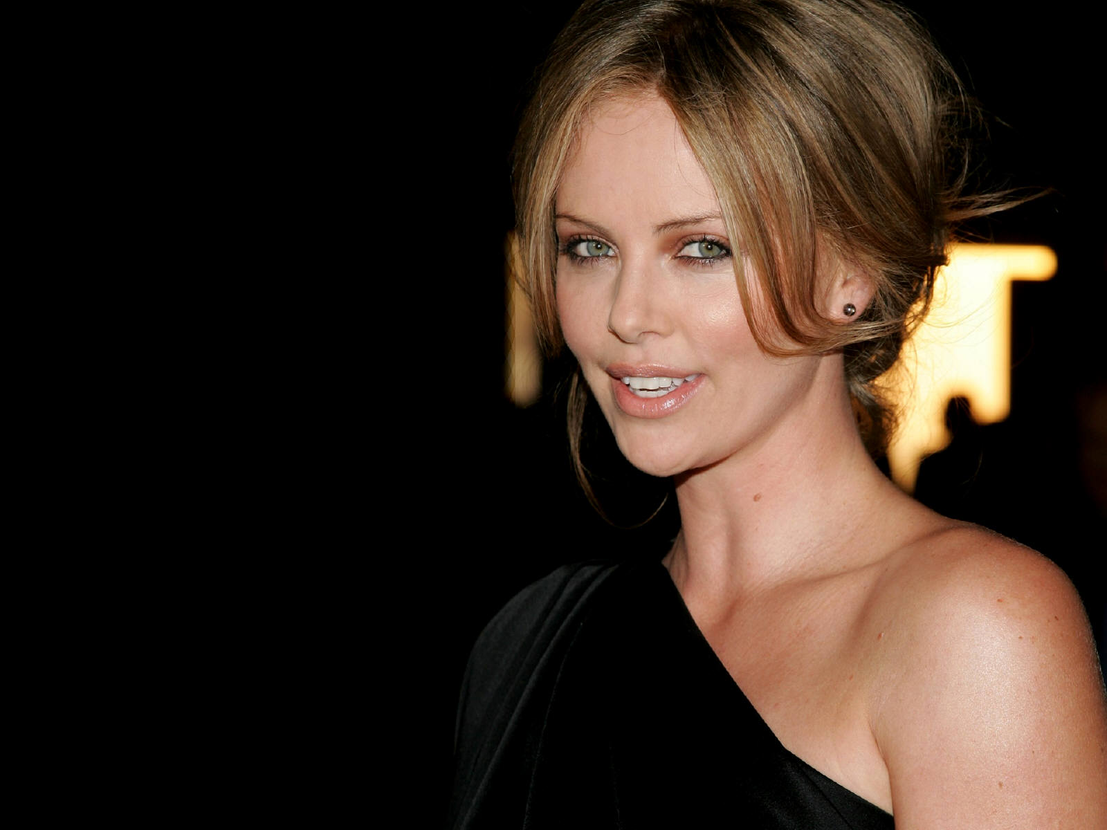 http://2.bp.blogspot.com/-zlFUnOtM_KQ/UEWNyfRbgQI/AAAAAAAAAlY/RY8vKqht6a0/s1600/Charlize+Theron+Wallpapers+-+3.jpg