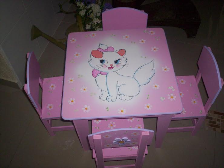 mesinha da gatinha Marie com 4 cadeiras R$ 240,00