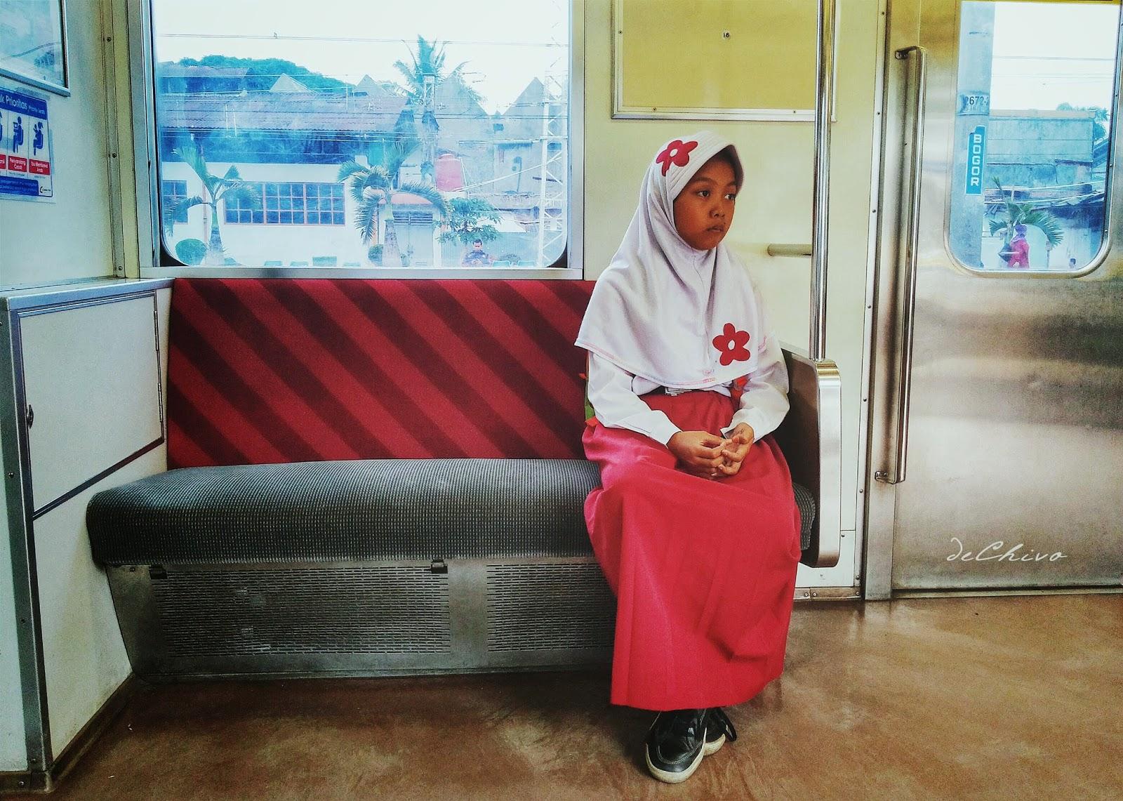 Pelajar SD_Cewek_Sendiri_Kereta