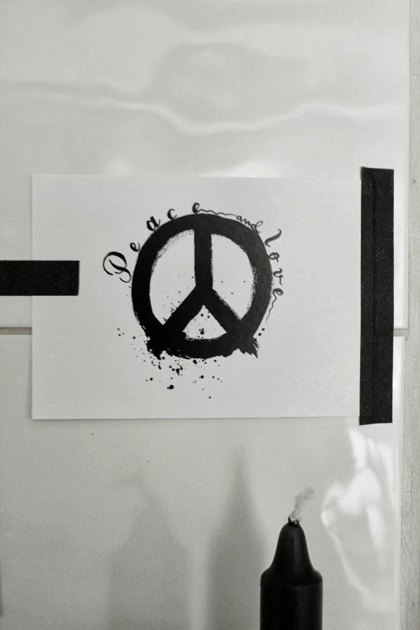 peacetecken, svarta och vita vykort, vykort peace, dekoration, inredning, vit kakelugn