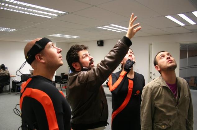 Rodolfo Guzmán dirigiendo a los actores Carlos Cacho, Dolores Sarre y Copatzin Borbón durante el proceso de captura de movimiento de El Secreto del Medallón de Jade