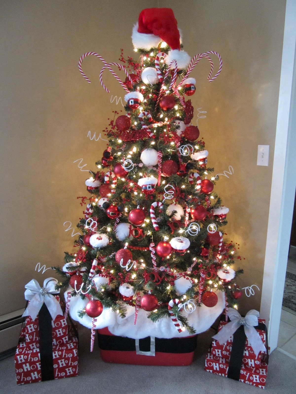 Sew many ways how to decorate a christmas tree for Christmas tree with red and silver decorations