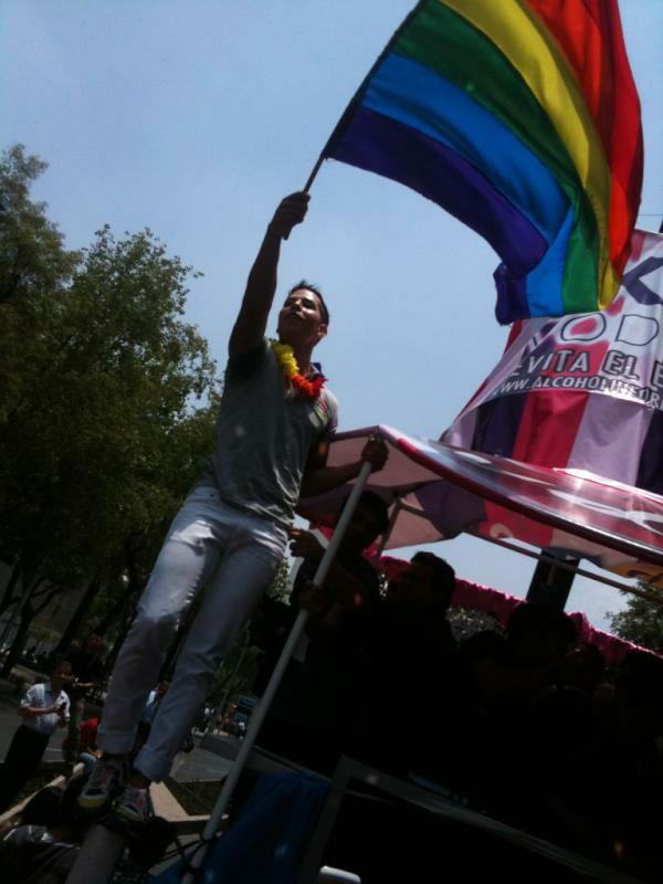 Christian Chávez com a bandeira na Marcha do Orgulho LGBT do México (Foto: Reprodução/Twitter)