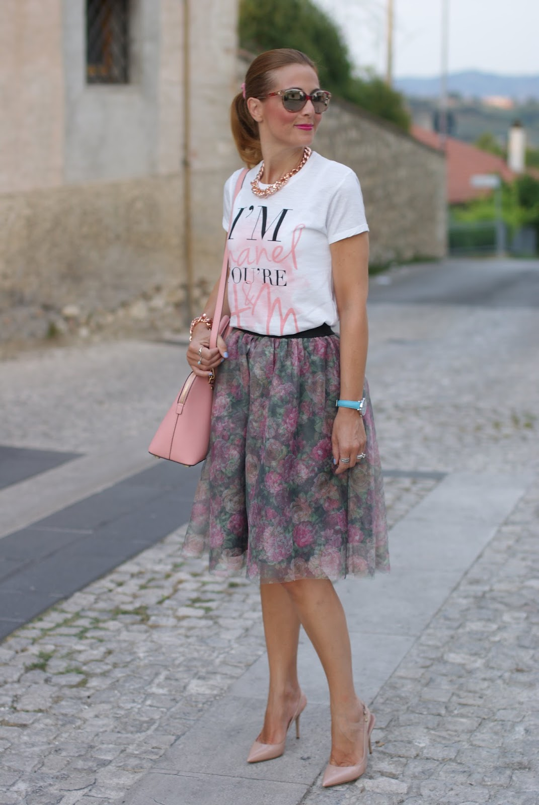 Walktrendy floral tulle skirt, Gucci sunglasses and pink accessories on Fashion and Cookies fashion blog