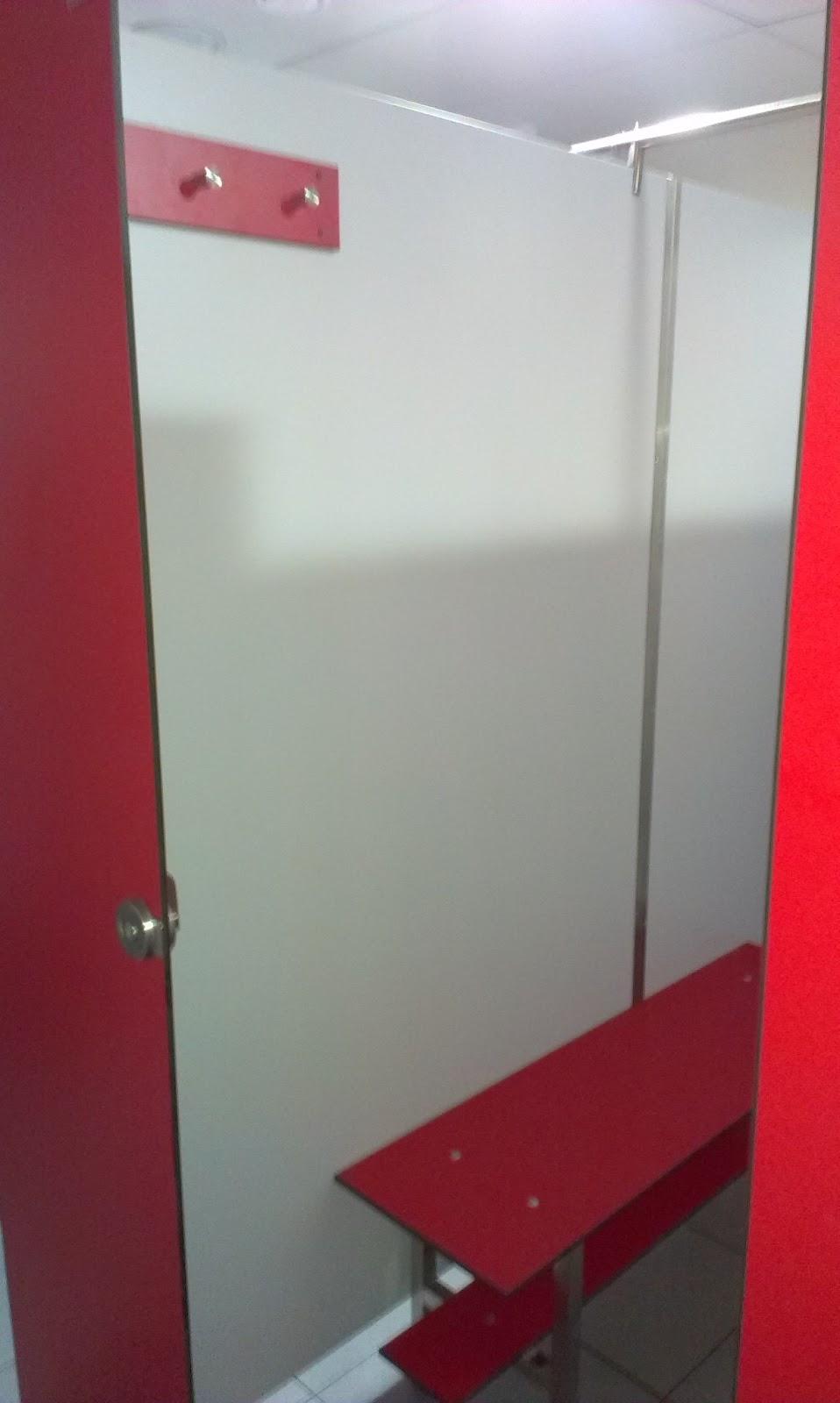 Cabinas De Ducha Para Gimnasios: el banco y blanco para los paneles divisores y el separador de ducha