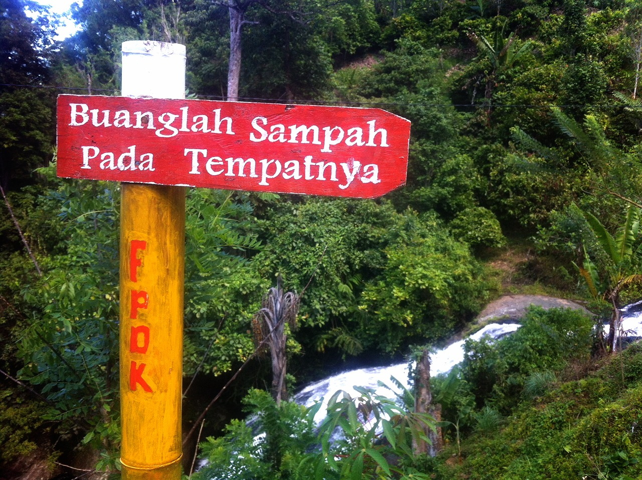 label sampah di air terjun indo rannuang